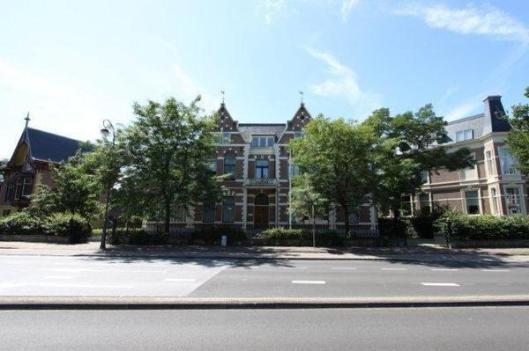 Florapark 8 Haarlem, welk grote huis door J.Krol werd bewoond met het standbeeld van Frans Hals tegenover zijn huis.