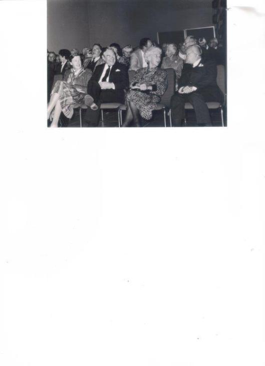 Helemaal rechts de heer S.J.Fontein bij de presentatie van het boek 'Bosbeek' in het raadhuis van Heemstede in 1987. Naast hem jonkvrouw A.van Merlen douairiëre mr.E.E.van Till