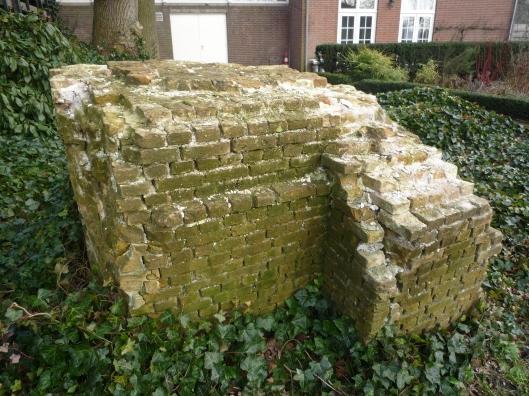 Sruk fundering afkomstig van het stoomgemaal Blijdorp dat zich tegenwoordig bevindt op het terrein van het Cruquiusgemaal. Het is daar dankzij Piet Beertema, die in het verleden vrijwilliger was bij Cruquius vanuit Rotterdam verhuisd naar het museum in Cruquius.