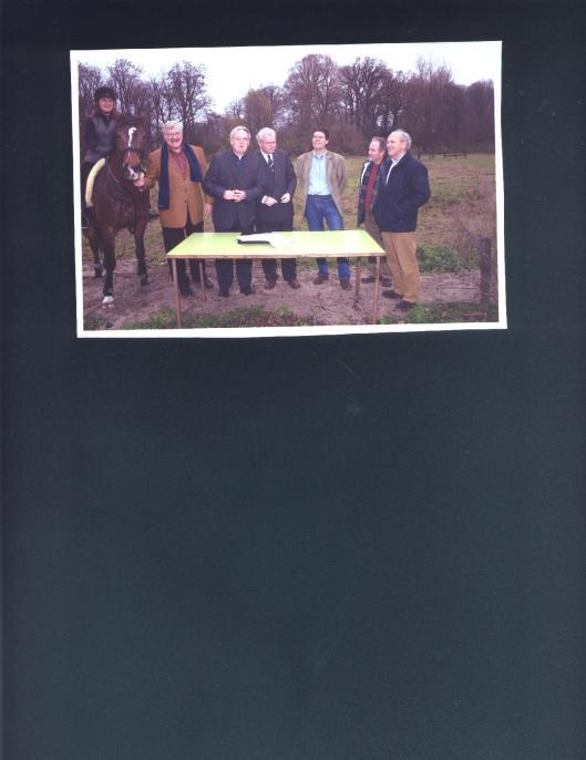 Bij de oprichting in 2003 van de Stichting Hageveld/Groot Clooster op het nog maagdelijke Paardenlandje met van links naar rechts: Femke Gaasterland op paard, Jan Gaasterland, Marius van Nieuwkerk, notaris Jager, Ruud Lamers, Joop Mourik en Jaap Hazen
