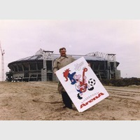 Jan Gaasterland toont de mascotte van het stadion, 24-11-1995 (Europhoto)