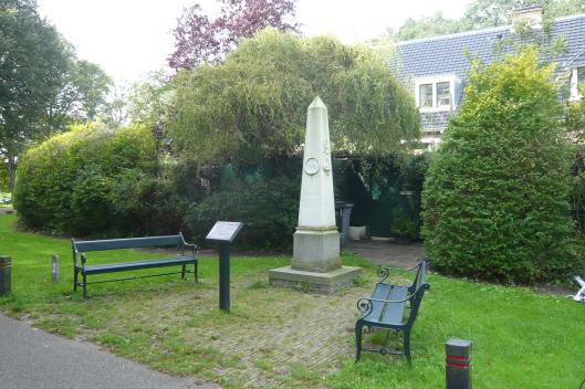 Nog een gedenknaald in de vorm van een obelisk op boetstuk geplaatst nabij het hofje van de Van Verschuer Brants Stichting on Bennebroek. In 1835 vervaardigd door Ch.Sigouilli en Zoon te Amsterdam. Voorzien van decoraties zoals familiewapens en brandende harten. Het monumentje stond aanvankelijk op de Hartekamp en is opgericht ter ere van de heer Mattheus Pieter Brants (1779-1829) en Agatha Petronella Hartsen (1784-1835). (Rijksmonumenten.nl)