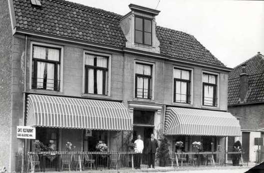 In 1929 iis de Oude Geleerde Man voor een aanzienlijk deel gesloopt in verband met verbreding van de weg. Het resterend deel is opnieuw ingericht als restaurant. Hier op een foto uit 1931 met als nieuwe uitbater H.J.van Trigt, in 1932 opgevolgd door J.van Trigt.