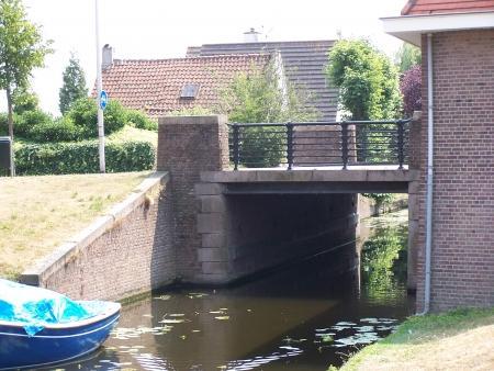 De Glipperbrug over de Prinsenzandvaart ofwel Glippervaart in buurtschap de Glip. Ontworpen door de gemeentelijke dient van openbare werken. Heemstede. Bevat beeldhouwwerk met naam Glipperbrug, Anno 1933, en wapen met 7 merletten, in zuid-oostelijk landhoofd NAP-steen, urinoir en voormalige wachtruimte voor trampassagiers (welke na opheffing van de tramlijn is gesloten).