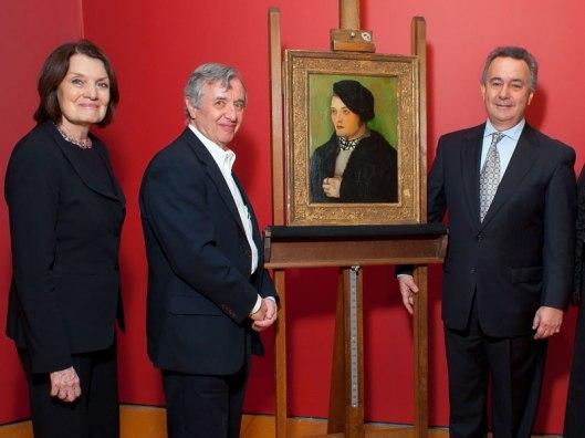 Simon Goodman (rechts) ontvangt namens zijn familie het schilderij terug van Hans Baldung Grie