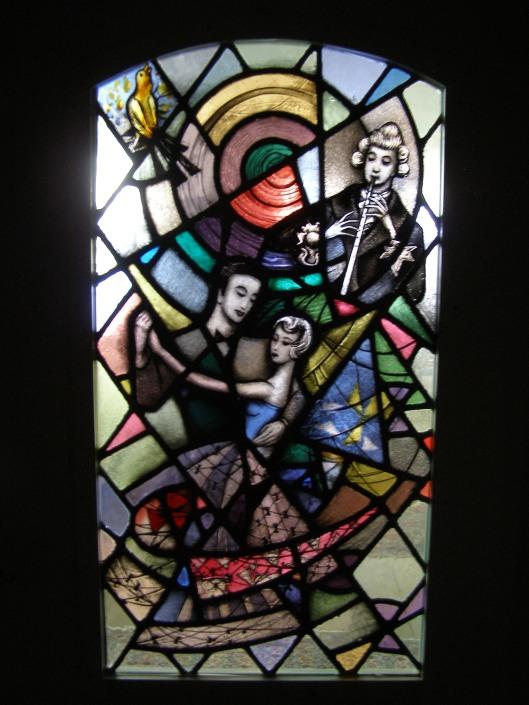 Glas-in-loodraam met afbeeldingen van een fluitende vogel, mannelijke fluitist en een danspaar afkomstig uit het Gramophone House in Heemstede, Het raam bevindt zich tegenwoordig in de woning van de dochter van voormalig directeur Ger Oord (foto: Marloes van Buuren).