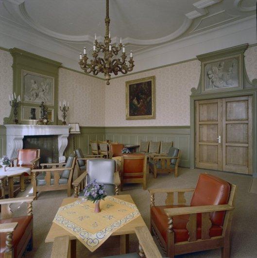 Twee (pseudo)grisailles boven de deur en schoorsteenmantel in de voormalige bisschopskamer van Hageveld Heemstede (foto G.J.Dukker, 2002)