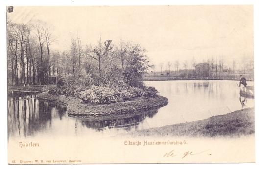 Ansichtkaart van eilandje in het Haarlemmerhoutpark, welk gebied in het noorden van Heemstede in 1927 bij Haarlem is geannexeerd.