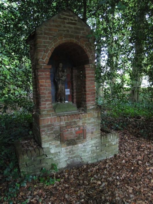 Mariakapelletje in het bos van voormalig kleinseminarie Hageveld (foto 2013 Hans Dornseiffen).