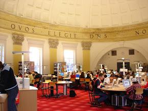 De hedendaagse mediatheek op de verdieping van atheneum Hageveld Heemstede