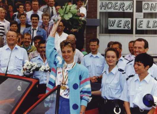 Op deze foto wordt Ingrid Haringa op 26 augustus 1991 bejubeld door haar politiecollega's in Heemstede nadat zij wereldkampioene sprint is geworden. (foto Marcel Antonisse)