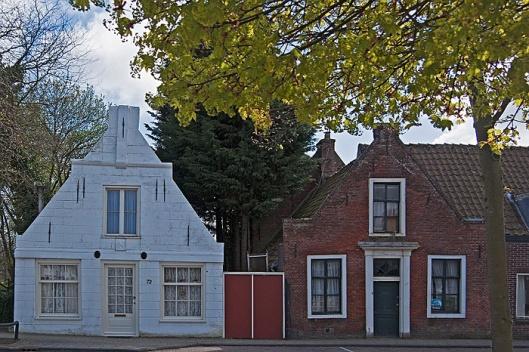 Twee 17e eeuwse panden, rechts Glipperweg 70en links nummer 72. Beide panden zijn rijksmonument. (foto Theo Out)