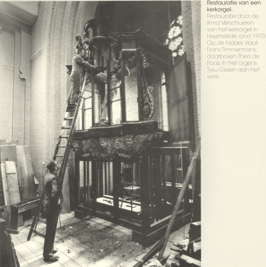 Restauratie van het kerkorgel der St.Bavokerk in Heemstede door de firma Verschueren uit Heythuizen rond 1970. Op de ladder staat Frans Timmermans, daarboven Theo de Raay. In het orgel is Tjeu Gielen aan het werk.