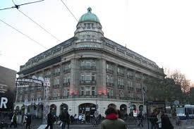 Het fraaie Hirsch-gebouw aan het Leidseplein in Amsterdam, tegenwoordig Apple-store, dat evenals Bloemenoord is ontworpen door de sinds 1919 samenwerkende architecten A.M.L.J.Jacot (1864-1927) en A.H.Zinsmeister (1867-1941).