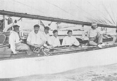De Nederlandse zeilers die bij de O.S. van 1928 zilver wonnen in de 8 meter klasse zeilen met Cornelis van Staveren, Gerard de Vries Lentsch jr., Hendrik Kersten, Johannes van Hoolwerff, Lambertus Doedes en Maarten de Wit.