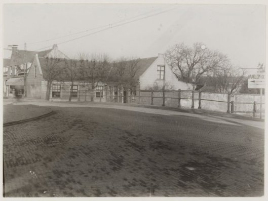 et huis van beurtschipper Huijg aan de IJzeren Brug, Binnenweg 2-4, hoek Zandvaartkade. Foto uit 1925