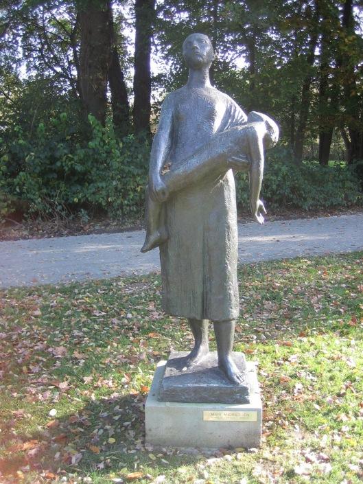 De Haarlemmer Mari Andriessen (1897-1979) is als beeldhouwer vooral beïnvloed door de Tweede Wereldoorlog. Hij vervaardigde talrijke oorlogsmonumenten, o.a. in Heemstede en Haarlem. Dit beeld is getiteld 'Bomslachtoffer'en vervaardigd in 1948 om de verschrikkingen ten gevolge van bomaanslagen in Enschede te herdenken. Het staat in het monumentale Middelheimmuseum-park te Antwerpen