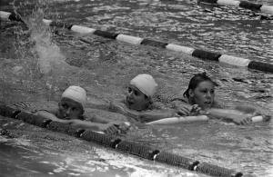 Marjan Janus met Klenie Biemolt en Cobie Sikkens tijdens een training bij de O.S. van 1968 in Mexico-stad
