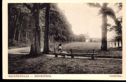 Jongedames in Groenendaal met zicht op het Molentje.