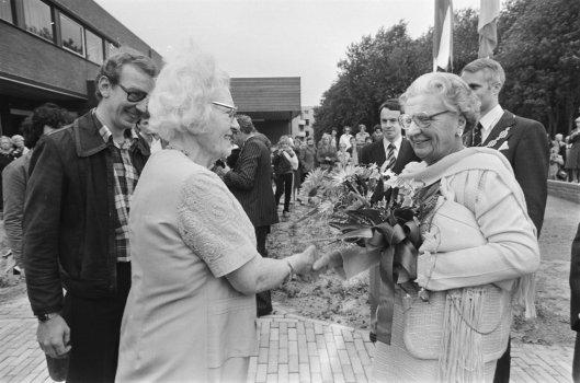 Koningin Juliana bezoekt psychiatrische instelling Vogelenzang in Bennebroek en ontvangt bloemen van een patiënte, 3 september 1978 (foto Bert Verhoef)