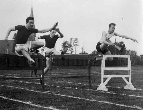 Arie Kaan. Hier rechts op 8 augustus 1926 tijdens interland Nederland-België. In 1928 nam hij deel aan de O.S. in Amsterdam en werd vierde in de tweede serie en is daarmee uitgeschakeld.