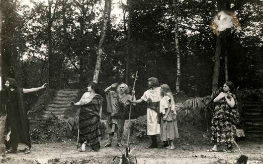Scene uit 'Kain', openluchtspel opgevoerd in Groenendaal (Jet Leven, 1917)