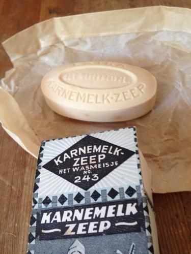 Karnemelk zeep 'Het wasmeisje' nr. 243 van 'Het Klaverblad' in Haarlem