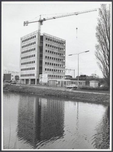 Bouw van kantorencomplex Kennemerhaghe nabij station Heemstede-Aerdenhout, een project van Jan van Vlijmen