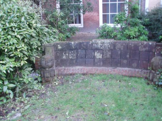 De verpieterde Van Kersbergenbank in de tuin van de Eglantier waarnaar longarts dr. J.P.Teengs momenteel onderzoek verricht.