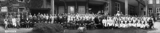 Foto bij het afscheid van dr.Kersbergen en aantreden van opvolger dr.Heeres, 6-7-1933 met voltallige personeel (114 personen).