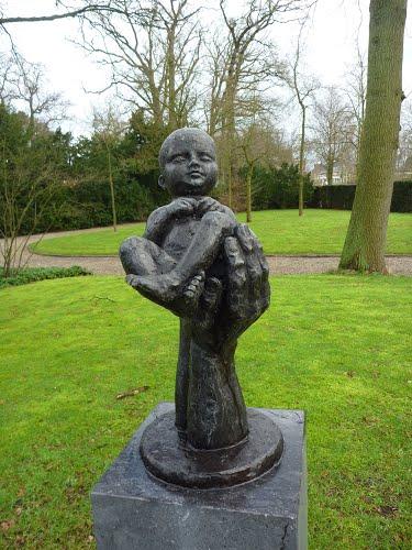 Kindermonument (1990) door Anneke Hei-Degenhardt op Algemene Begraafplaats Heemstede (foto Mart)