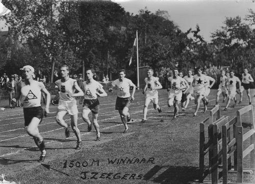 Arie Klaase als vijfde lopend tijdens een wedstrijd 1500 meter op 4 september 1927 in Ter Werve. Winnaar werd Jan Zeegers
