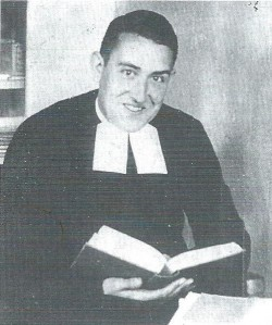 Broeder Jozef Klingen. lezend in de bijbel op zijn kamer in het Broederhui saan de Herenweg te Heemstede