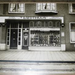 De wijnwinkel van Egbert Kluën, genoemd 't Raedthuis' aan de Raadhuisstraat 47