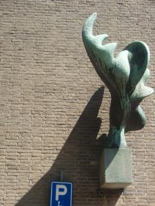 Beeld van Karel Kneulman voor het voormalig postkantoor, Binnenweg 160