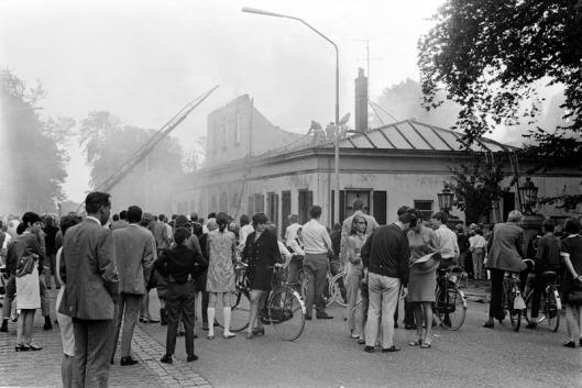 Binnen een half uur is het vm. koetshuis van de Hartekamp door een felle brand verwoest. De oorzaak bleef onopgehelderd. 1 September 1968 (foto Ben Hansen)