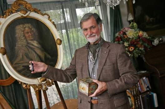 De laatste directeur Rudy van Dobben met het portret van de stichter Claes Tilly (foto Anton Dommerholt, Reformatorisch Dagblad, 2010).