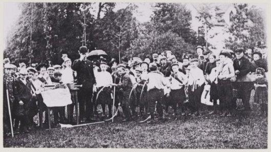 Koninginnedagviering door kinderen op het landje van Van Schie, 31 augustus 1910 (NHA).
