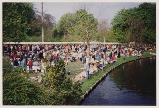 Koninginnedagviering met vrijmarkt op de Vrijheidsdreef, 1996