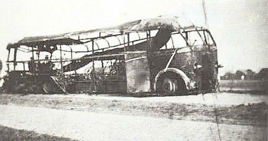 Het wrak van de op 10 mei 1940 tengevolge van een bombardement verwoeste bus op de grens van Sassenheim en Oegstgeest. Hierbij kwamen 16 soldaten om het leven en één burger, chauffeur Rinus Kors, broer van Leo Kors. Van de 27 gewonde militairen zouden er later nog 5 overleden zijn.