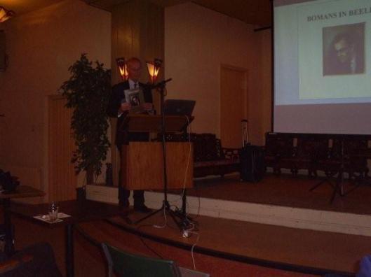 Hans Krol bij een presentatie over Bomans in Beeld voor leden van het Godfried Bomans Genootschap in Haarlem (2011)
