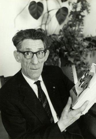 De inmiddels gepensioneerde Peer Krom, eertijds 'een vermaard voetballer', in 1963 met een sportencyclopedie.