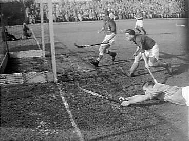 Roepie Kruize scoort tegen Frankrijk op 24 april 1948