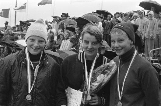 V.l.n.r. winnaressen Hansje van Bunschoten, Yvonne van Kuilenburg en Linda de Boer bij de nationale zwemkampioenschappen op 25 juli 1970 in Leeuwarden (foto Bert Verhoeff)