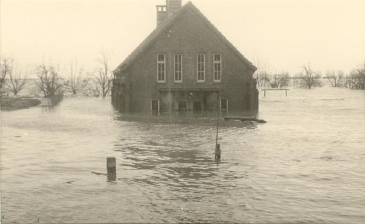 Waternoodramp 1953. Ondergelopen huizen Laan van Heemstede in Putterhoek