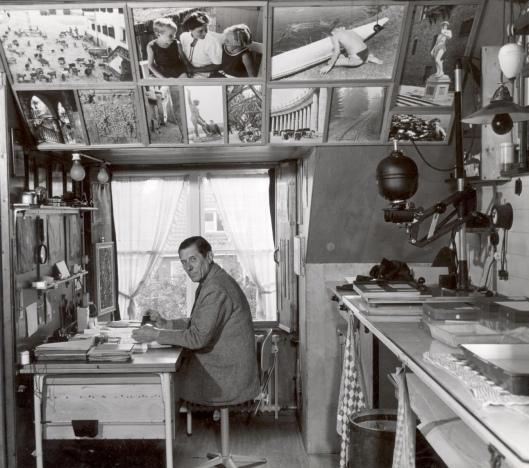 Dick Laan in zijn werkkamer tevens donkere kamer aan de Wagnerkade in Heemstede (foto W.L.Stuifbergen)