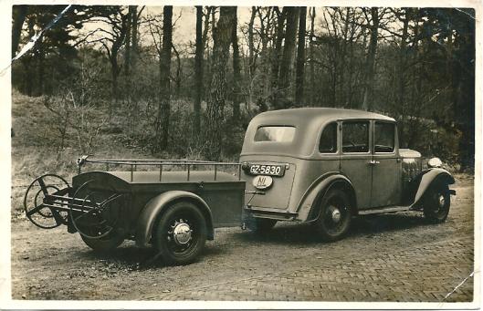 Een door ir.D.A.Bonhoff uit Heemstede ontworpen 'landkruiser' voor brandweerdoeleinden, een aanhanger achter en personenauto, hier rijdend in Groenendaal.