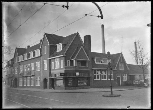Na afbraak van 'Landzicht' is op de hoek Binnenweg/Koediedslaan een broodfabriek van H.Franken jr. gebouwd (1931)