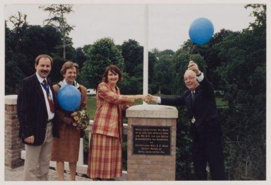 Onthulling van de Leamington Spa bridge naar Groenendaalop 25 juni 1993  door burgemeester Van den Bosch van Heemstede en councillor mrs. S.F.Boad, deputy-mayor of Royal Leamington pa.