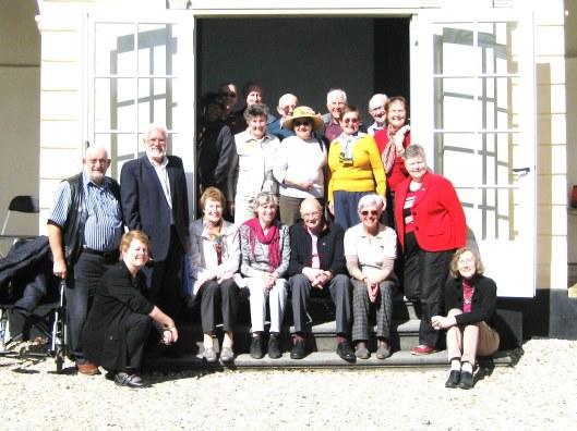 Een delegatie uit jumelagestad Royal Leamington Spa poseert voor de theekoepel (vm. menagerie) van Huis te Mandpad in Heeemstede
